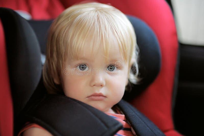 Schöner Kleinkindjunge im Autositz lizenzfreie stockfotos