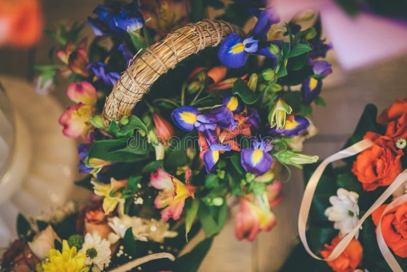 Schöner Korb von Kornblumen auf dem Boden stockfoto