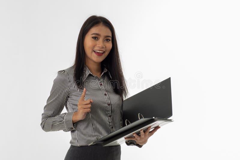 Schöner lächelnder Frauenfinger, der oben zeigt stockfoto