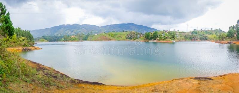 Schöner Landschaftsseeblick in Guatape stockbild