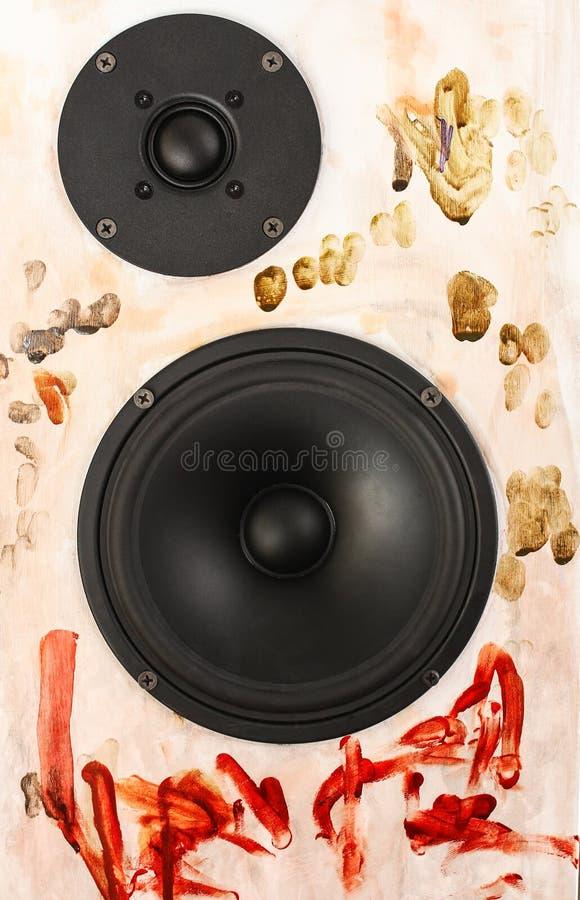 Schöner Lautsprecher wird mit Farben gemalt stockbild