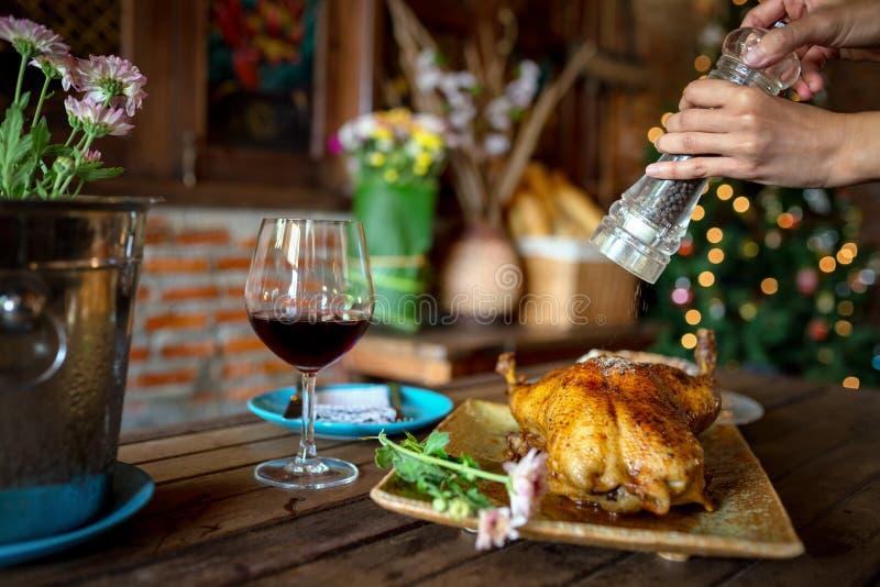 Schöner Lebensmittel Entenbraten und Weinabendessen stockbild