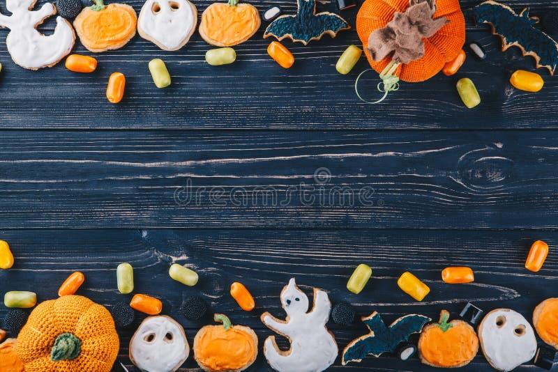 Schöner Lebkuchen und Bonbons für Halloween und Kürbis auf dem Tisch Süßes sonst gibt's Saures horizontale Ansicht von oben stockfotografie