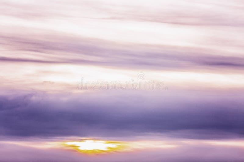 Schöner lila Sonnenuntergang auf dem Himmel, Hintergrund Raum f?r Text lizenzfreies stockfoto
