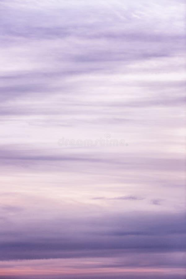 Schöner lila Sonnenuntergang auf dem Himmel, Hintergrund Raum f?r Text stockbild