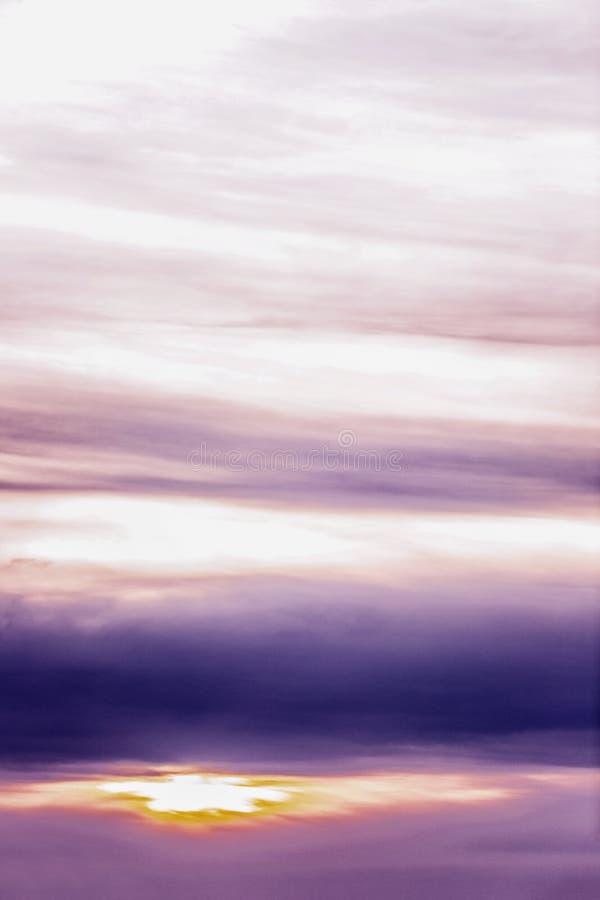 Schöner lila Sonnenuntergang auf dem Himmel, Hintergrund Raum f?r Text lizenzfreie stockfotografie