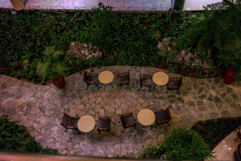 Schöner Luftschuß einer Innenarchitektur für Cafétabellen in einem Hotel lizenzfreie stockbilder