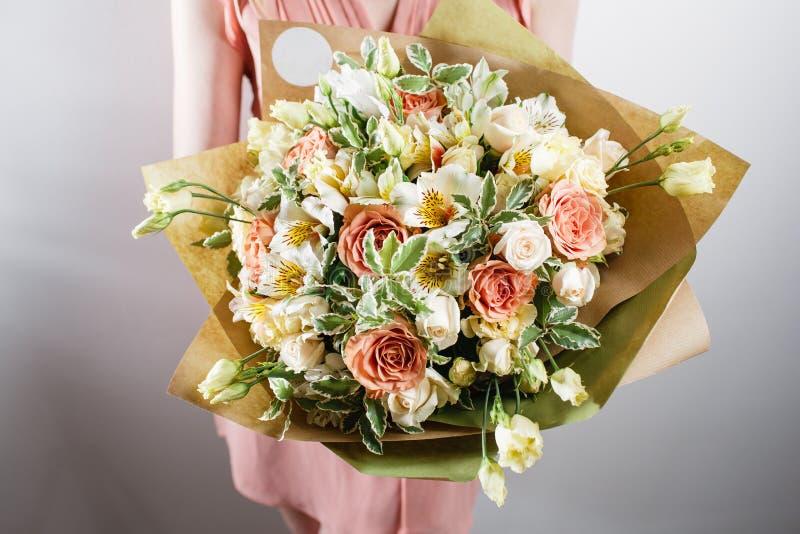 Schöner Luxusblumenstrauß von Mischblumen in der Frauenhand die Arbeit des Floristen an einem Blumenladen lizenzfreies stockbild