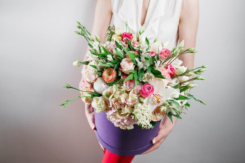 Schöner Luxusblumenstrauß von Mischblumen in der Frauenhand die Arbeit des Floristen an einem Blumenladen stockfotografie