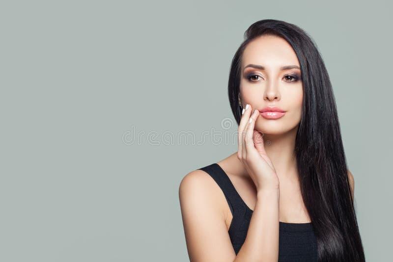 Schöner Mädchen Brunette mit Porträt des geraden Haares stockbild