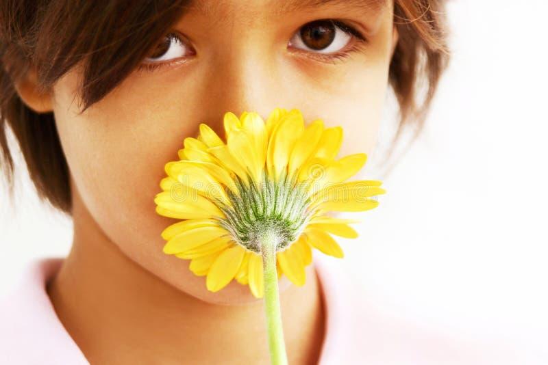 Schöner Mädchen- und Blumenkuß stockfoto