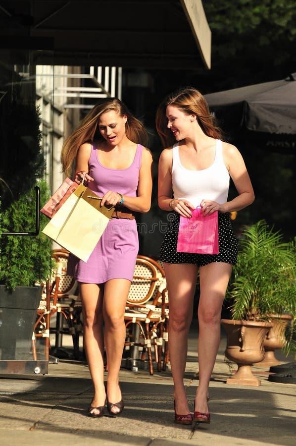 Schöner Mädcheneinkauf lizenzfreies stockfoto