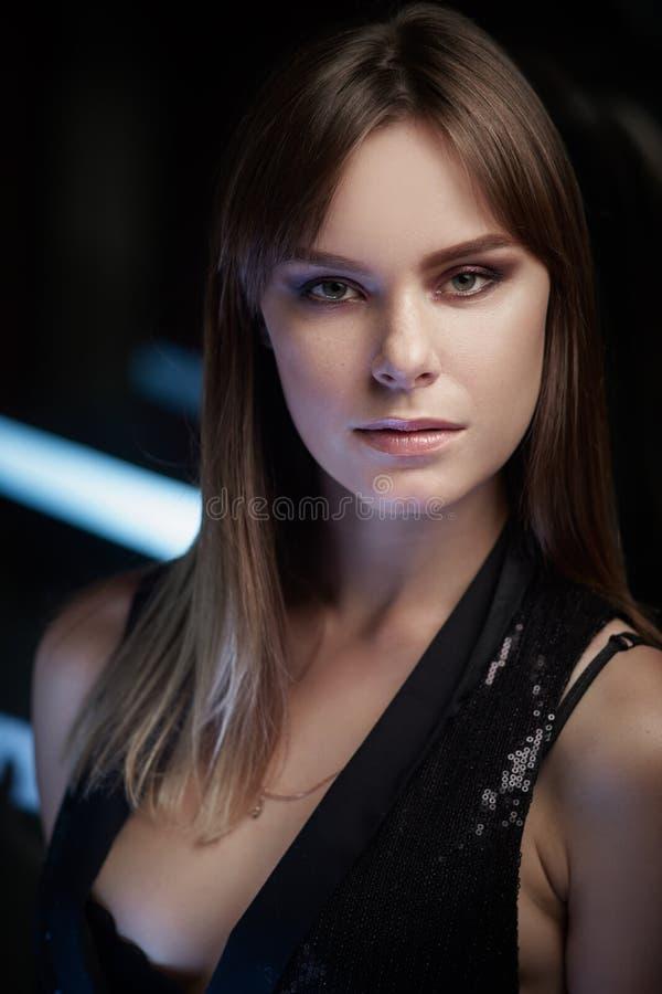 Schöner Mädchenstand am modernen Standort Porträt lizenzfreies stockfoto