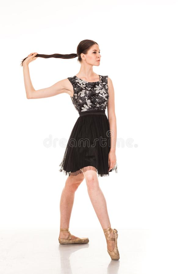 Schöner Mädchentanzenspaß in der Kamera, werfend gegen weißen Hintergrund auf stockfotos