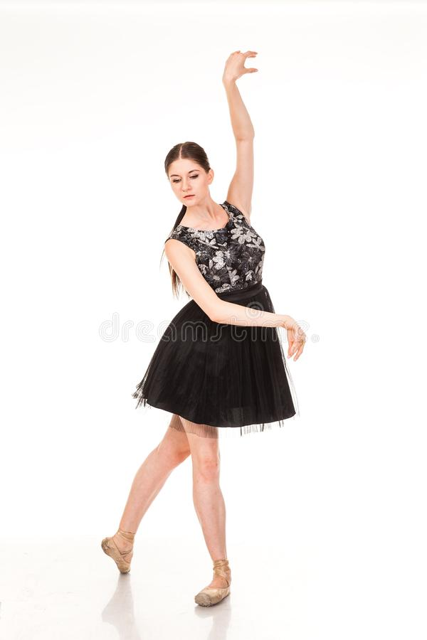 Schöner Mädchentanzenspaß in der Kamera, werfend gegen weißen Hintergrund auf lizenzfreies stockfoto