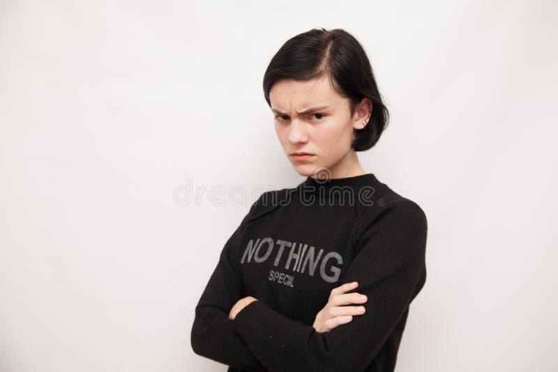 Schöner Mädchentanzenspaß in der Kamera, werfend gegen weißen Hintergrund auf lizenzfreie stockbilder