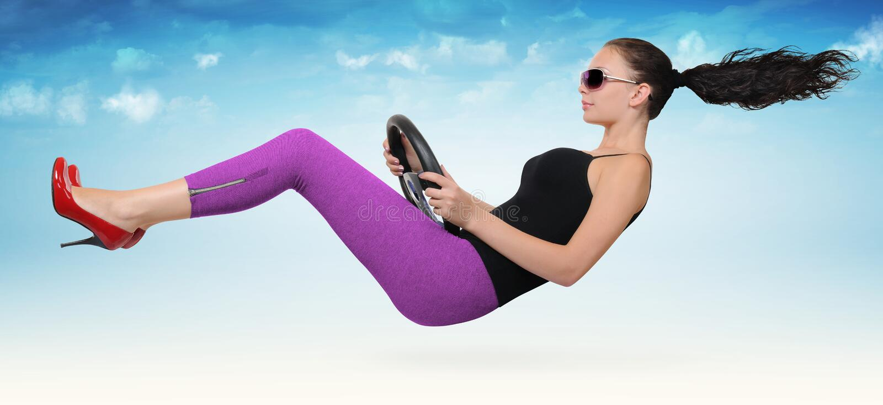 Schöner Mädchentreiber mit einem Rad lizenzfreie stockbilder