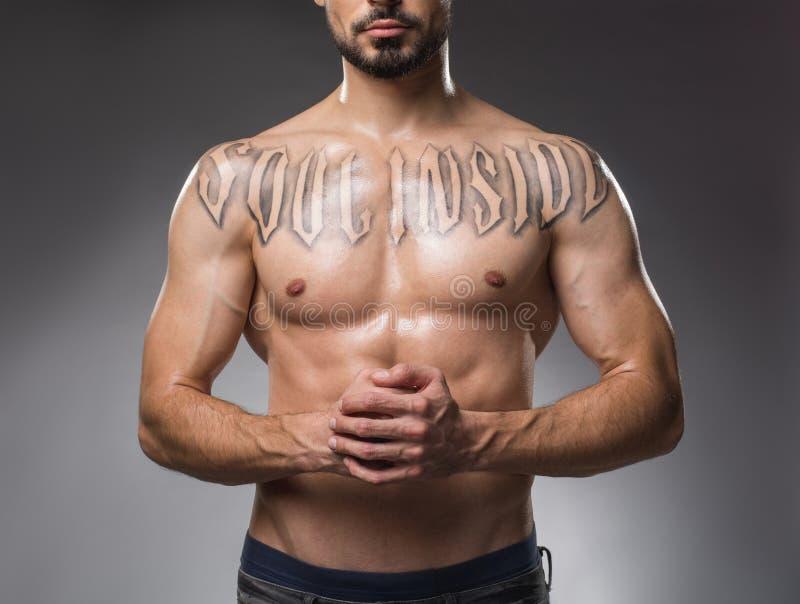 Schöner männlicher Kasten ohne Hemd lizenzfreies stockbild