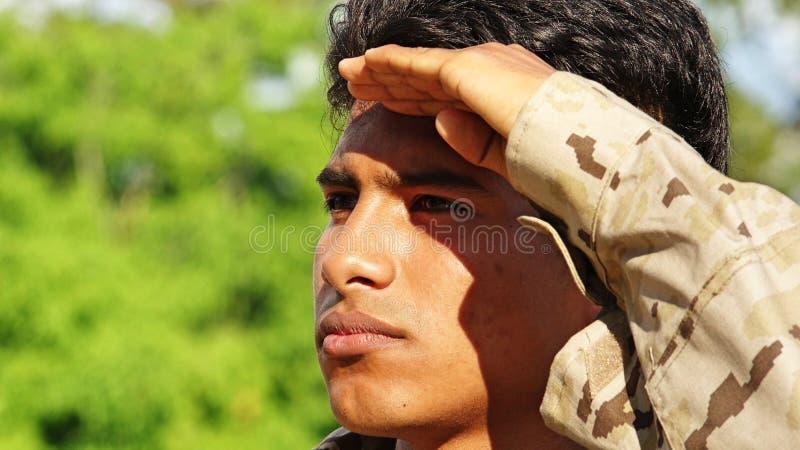 Schöner männlicher Soldat Saluting stockbild