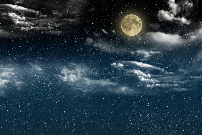 Schöner magischer blauer nächtlicher Himmel mit Wolken und fullmoon und Sterne lizenzfreie stockfotos