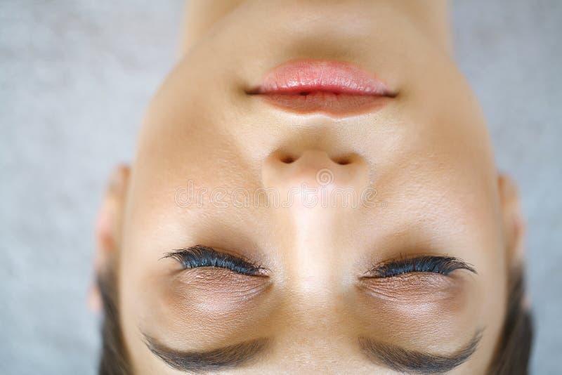 Schöner Makroschuß des weiblichen Auges mit extremen langen Wimpern a stockfoto