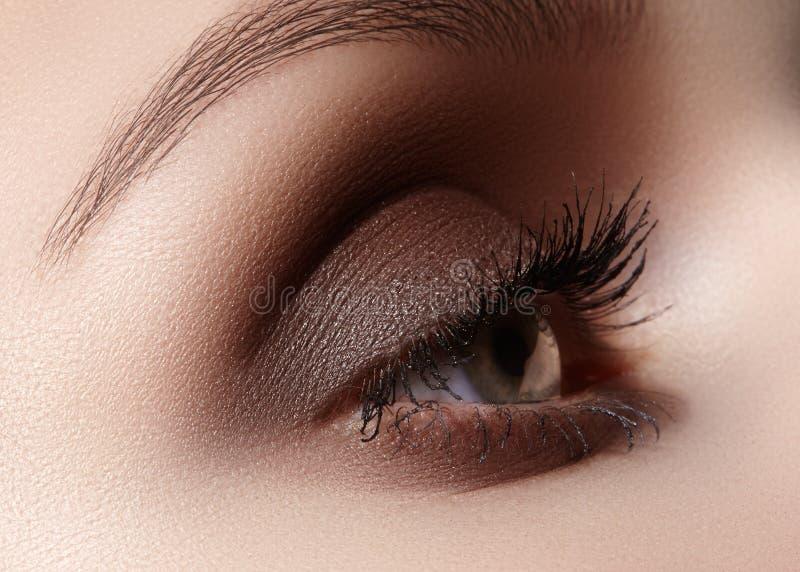 Schöner Makroschuß des weiblichen Auges mit rauchigem Make-up Perfekte Form von Augenbrauen lizenzfreie stockfotografie