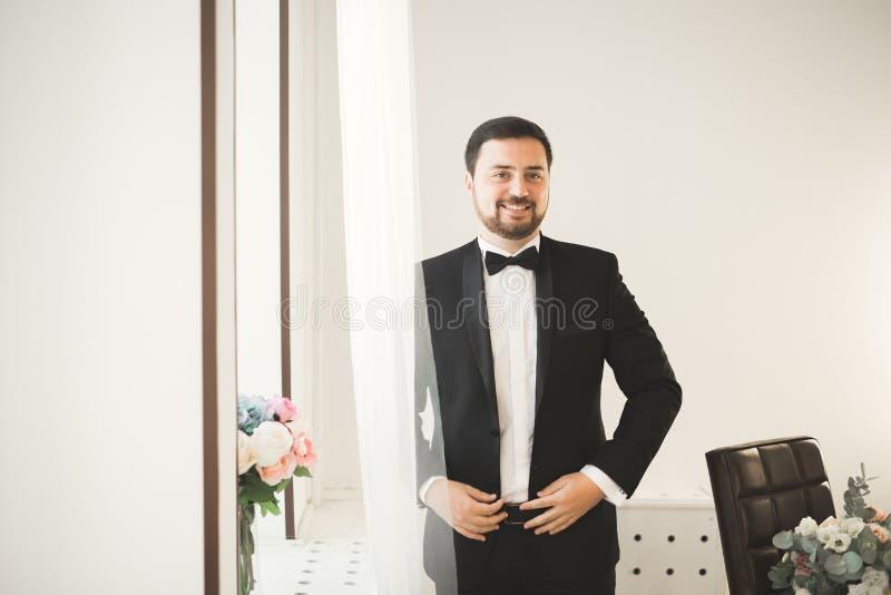 Schöner Mann, Bräutigam, der für die Heirat aufwirft und sich vorbereitet lizenzfreie stockfotos