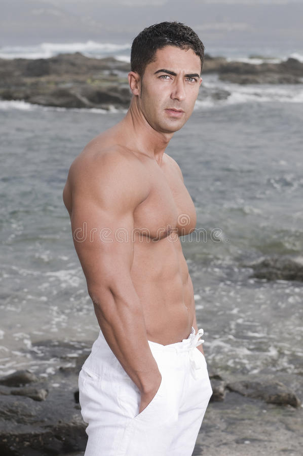 Schöner Mann nahe dem Meer stockfotos