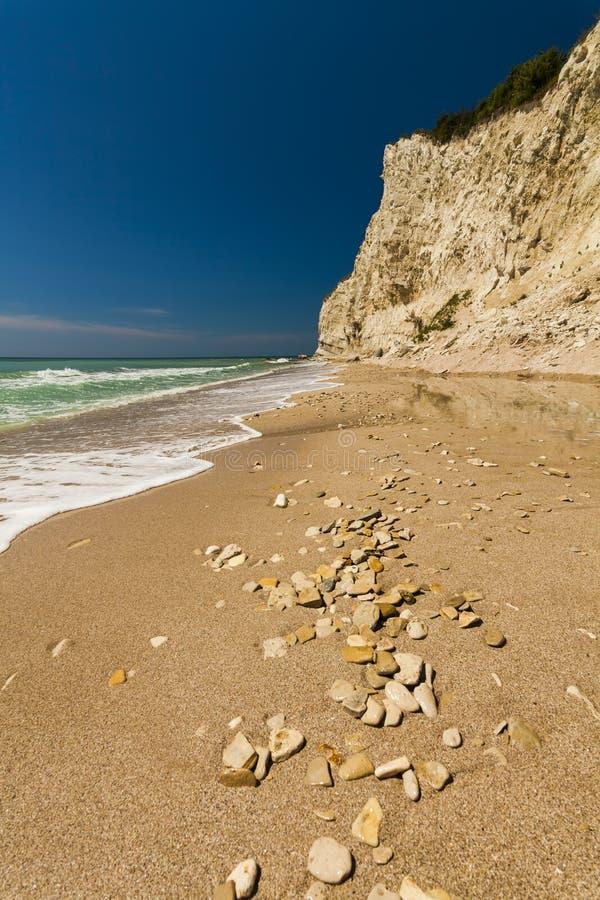 Schöner Meerblick mit einem sandigen Strand stockfotos