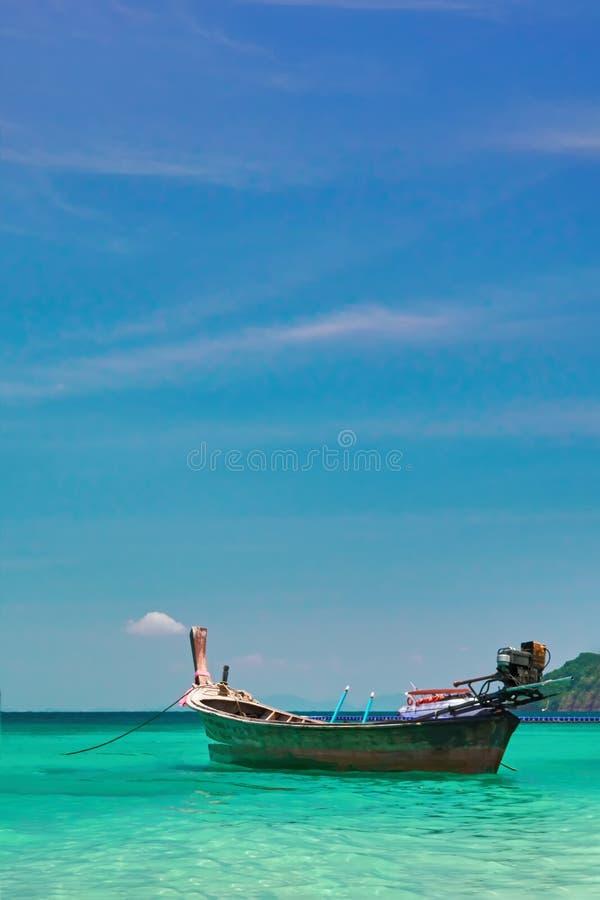Schöner Meerblick mit hölzernem Fischerboot Tropische Seelandschaft mit Türkiswasser und blauem Himmel Tropisches Paradies horizo stockfotos