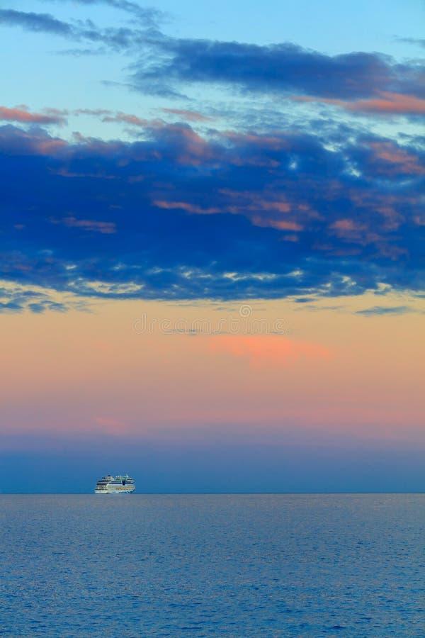 Schöner Meerblick mit Schiff und Sonnenuntergang stockfoto