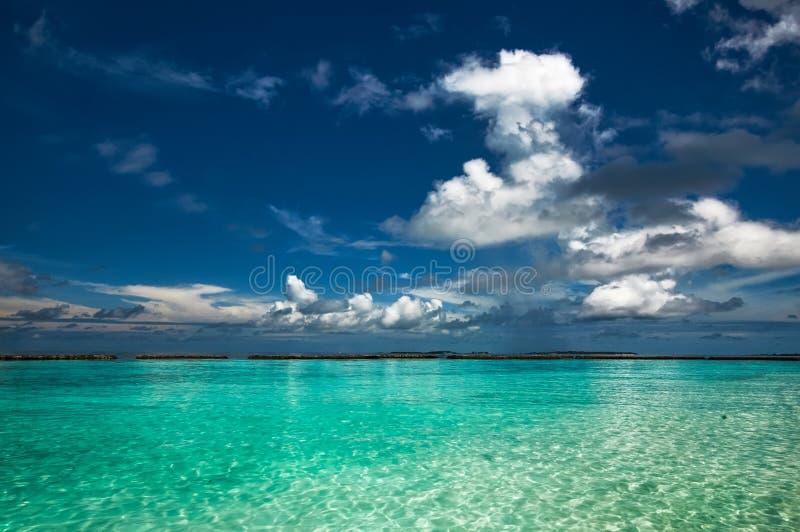 Schöner Meerblickseehorizont und blauer Himmel in Malediven lizenzfreies stockbild