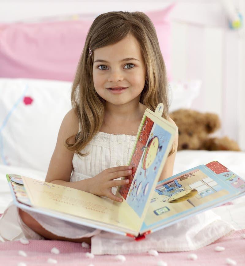 Schöner Messwert des kleinen Mädchens im Bett lizenzfreies stockfoto