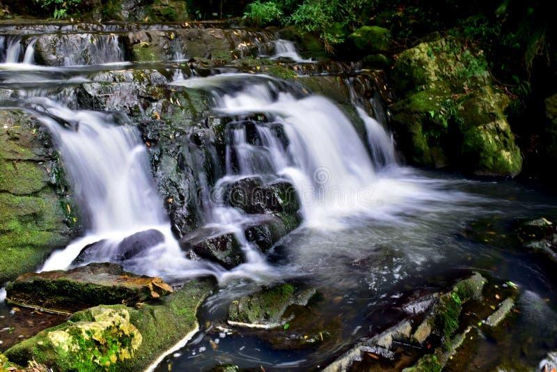 Schöner milchiger weißer Wasserfall, der Naturschönheit zeigt lizenzfreie stockfotos
