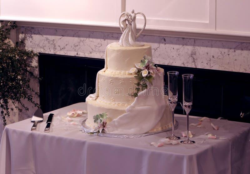 Schöner Multi-Tier Hochzeits-Kuchen und Champagne-Gläser stockbilder