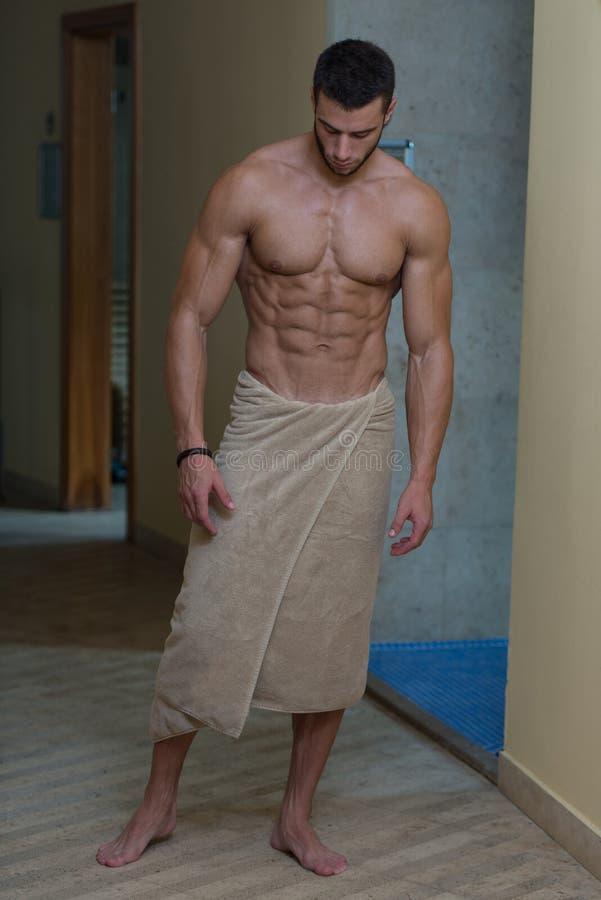 Schöner muskulöser Mann mit dem Tuch lizenzfreie stockbilder