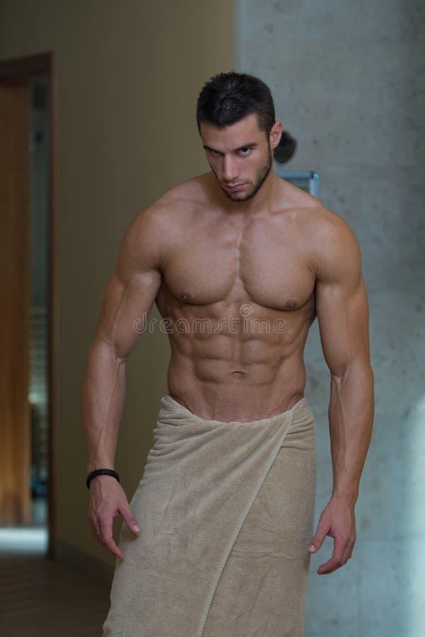 Schöner muskulöser Mann mit dem Tuch lizenzfreies stockbild