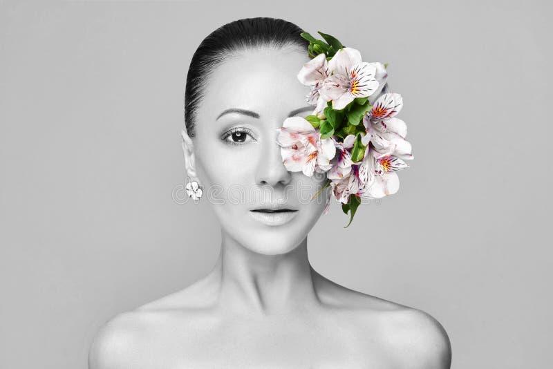 Schöner nackter asiatischer attraktiver Brunette mit Blumen auf seinem hea stockbild