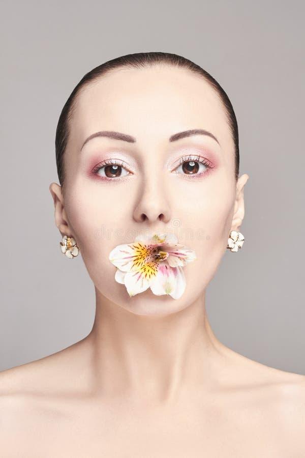 Schöner nackter attraktiver Brunette mit Blumen auf seinem Kopf Arbeiten Sie schönes Make-up, saubere Haut, Gesichtspflege um Por stockfoto