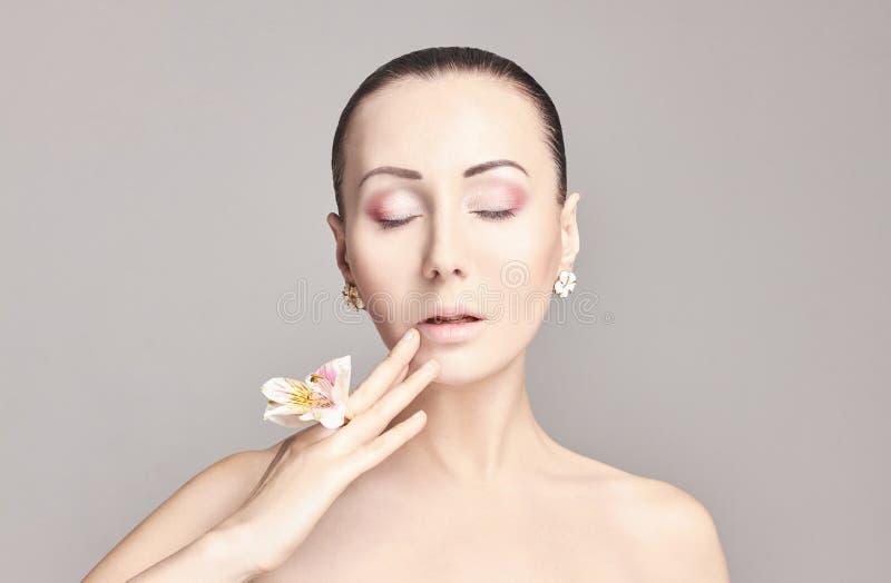 Schöner nackter attraktiver Brunette mit Blumen auf seinem Kopf Arbeiten Sie schönes Make-up, saubere Haut, Gesichtspflege um Por lizenzfreies stockfoto