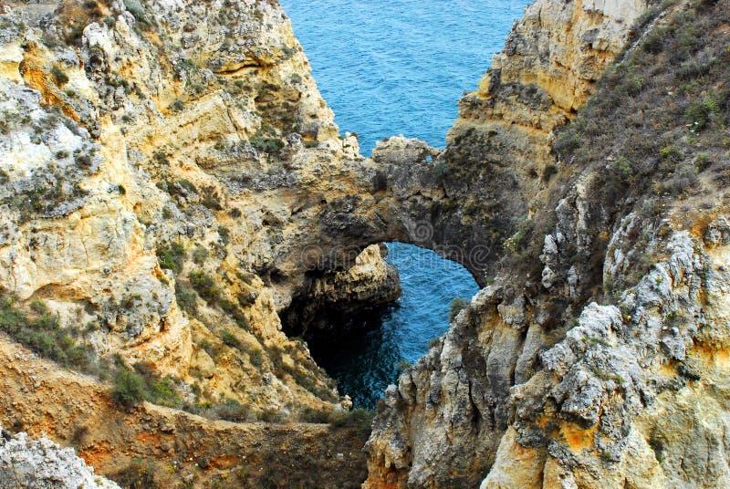 Schöner natürlicher Bogen Portugals A auf der Algarve-Küste stockfotos