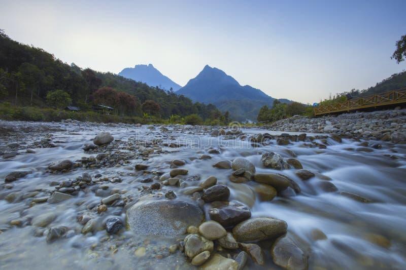 Schöner Naturfluß nahe Mont Kinabalu, Sabah, Borneo lizenzfreie stockbilder