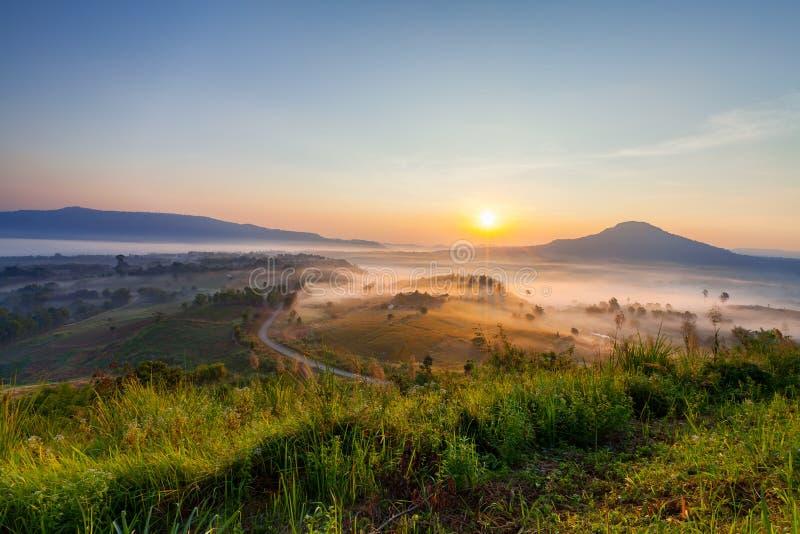 Schöner nebelhafter Morgensonnenaufgang in Khao Takhian Ngo View Point a lizenzfreies stockbild