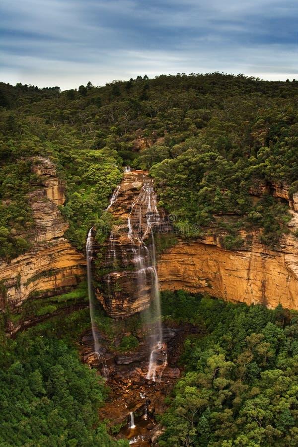 Schöner nebelhafter Wasserfall lizenzfreies stockbild
