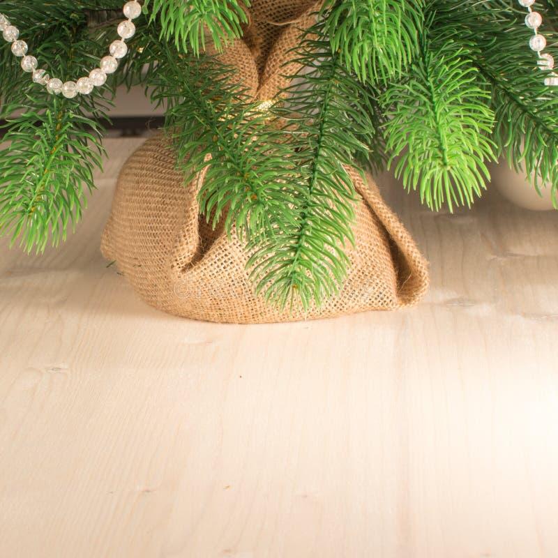 Schöner neues Jahr ` s Lichthintergrund Teil des Weihnachtsbaums verziert mit weißen Perlen Festliche Grußkarte mit stockfotos
