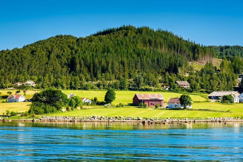 Schöner norwegischer Meerblick durch die Küste der Oanes-Fährüberfahrt, Norwegen stockfoto