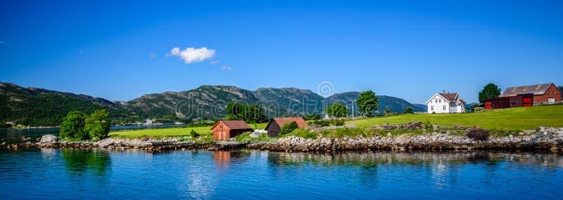 Schöner norwegischer Meerblick durch die Küste von Oanes, Norwegen stockfotografie