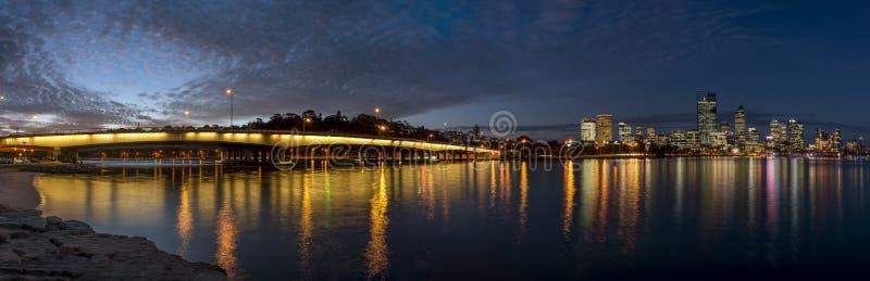Schöner Panoramablick der Enge-Brücke auf dem Schwan-Fluss und dem Stadtzentrum an der blauen Stunde, Perth, West-Australien stockfoto