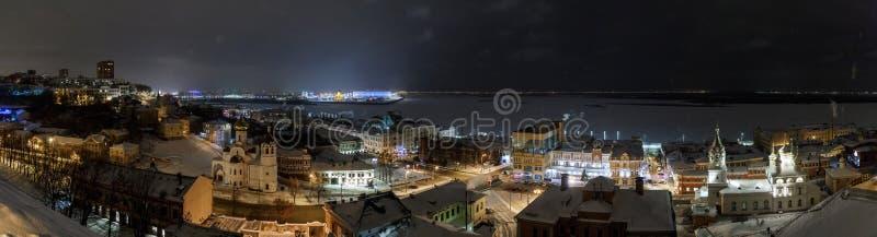 Schöner Panoramablick der Glättungsstadt nahe dem Kreml mit dem Stroganov Kirchen- und Oka-Fluss Nischni Nowgorod Stadt stockfotografie