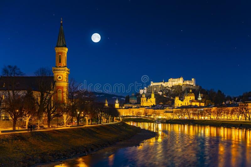 Schöner Panoramablick der historischen Stadt von Salzburg im Winter, Österreich stockfoto